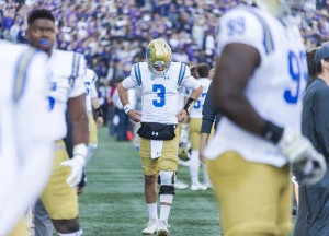 Junior quarterback Josh Rosen left UCLA's game against Washington in the third quarter. (Kristie-Valerie Hoang/Assistant Photo editor)